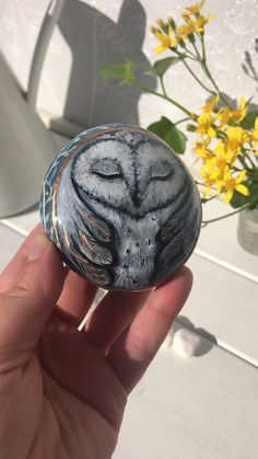 Note thenirder trim all the way around gift videos Owl painted stone by Christine Onward Painted Rocks Owls, Owl Rocks, Painted Rock Animals, Painted Pebbles, Painted Stepping Stones, Painted Garden Rocks, Rock Painting Patterns, Rock Painting Ideas Easy, Rock Painting Designs