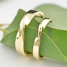 Are you looking for cheap wedding bands? At EFES you will find wedding rings from Nuremberg. All wedding bands can be found online. Our idea is based on the truth partner rings as a Symbol of their bo Wedding Rings Sets Gold, Wedding Bands, Gold Rings, Wedding Jewelry, Unique Rings, Beautiful Rings, Mobius Ring, Twist Ring, Couple Rings