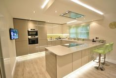 Kitchen Style – Acrylic Gloss Handless Kitchen in Ivory and Stone Grey. Quartz worktop, up-stands and window sill in Aluminio Nube. Serie 8 Bosch Appliances and a Falmec flat ceiling extracto… Kitchen Diner Extension, Open Plan Kitchen, New Kitchen, Space Kitchen, Kitchen Ideas, Kitchen Hob, Handleless Kitchen, Kitchen Corner, Kitchen Layout