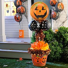 Here's a pumpkin balloon tree the kids will love! Start with a pumpkin foil balloon, attach to a long stake, then tie on polka-dot balloons & foil garlands. Super-fun for a Halloween night! Halloween 2018, Halloween Balloons, Outdoor Halloween, Halloween Birthday, Halloween Boo, Halloween Party Decor, Holidays Halloween, Halloween Themes, Balloon Topiary