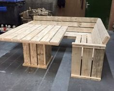 Pallet Couch and Table This simple pallet couch and table project is great for a piece of outdoor furniture or indoor. Use thus as though its your everyday table even though its made pallets. This is a simple DIY project for everyone. I love a good pallet project because thenpossibilities are endless and pallets are…