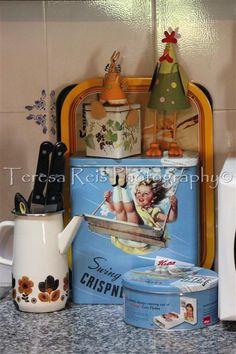 Bandeja, latas de cereais e de bolachas, latinha de chá ; porta facas em cafeteira de esmalte; coelho e galinha (decorações de Páscoa)
