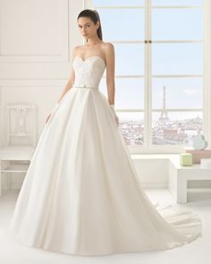 Vestido de organza y pedreria en color natural. Vestido de organza y pedreria en color blanco. Vestido de gazar y pedreria en color natural.