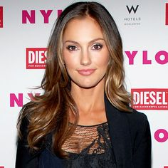 Balayage highlights are a hot trend. Balayage gives a natural sun-kissed look to your hair. Come and get the insider tips on whether it is for you. Minka Kelly Hair, Minka Kelly Makeup, Hair Day, New Hair, Center Part Hairstyles, Corte Y Color, Ombre Hair Color, Hair Colour, Hair Affair