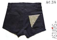 ASTURIAS INDUMENTARIA  Short de jean, negro, elastizado, tiro alto, tachas en bolsillos.  ART 314