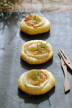 Tartelettes feuilletées au chèvre, au miel et au romarin, pour l'apéritif