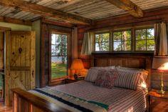 Une des chambres à coucher au rez-de-chaussée de cette maison de vacances