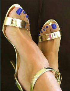 Gold not my choice, but with these perfect blue nail perfect combi! Very High Heels, Open Toe High Heels, Beautiful Toes, Pretty Toes, Sexy Sandals, Bare Foot Sandals, Feet Soles, Women's Feet, Stilettos
