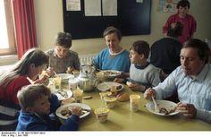 Bundesarchiv B 145 Bild-F079037-0022, Lager Friedland, Aussiedler - Flüchtlinge beim Essen