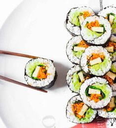 Easy Vegan Sushi Rolls : a simple and healthy recipe for lunch or dinner. These sushi rolls only take 25 minutes to prepare and are filled with veggies and tofu. They are also great for meal prep! Gluten-free and oil-free. Vegan Sushi Rolls, Sushi Roll Recipes, Quick Healthy Meals, Healthy Dinner Recipes, Vegetarian Recipes, Healthy Oils, Healthy Lunches, Vegan Art, Homemade Sushi