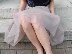 """Odkąd obejrzałam serial """"Seks w wielkim mieście"""" nie mogłam się oprzeć piorunującemu widokowi Carrie Bradshaw w tiulowej spódnicy, która od tamtej pory jako spódnica z przezroczystego szyfonu została społecznie zaakceptowana, rozpoczynając nowy trend w modzie. Nina z bloga Mélimélo pokazuje, jak można uszyć s"""