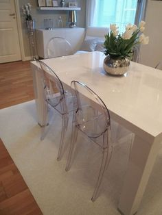 Kartell Victoria Ghost chairs for dining table Ghost Chairs Dining, White Dining Table, Dining Room Chairs, Ikea Dining, Office Chairs, Clear Chairs, Hanging Chairs, Acrylic Chair, Kartell