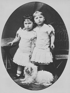 A sweet portrait of Alfred and Marie's 2 eldest daughters, Princess Victoria Melita (left) and Princess Marie. Victoria Melita was the child and daughter of her parents. Queen Victoria Descendants, Queen Victoria Family, Victoria And Albert, Princess Victoria, Princess Alexandra, Princess Beatrice, Princess Margaret, Princess Alice, Prince And Princess