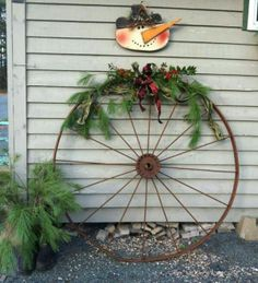 Wagon wheel & Country Christmas Decor: Festive Vintage Wagon Wheel!   Stone House ...