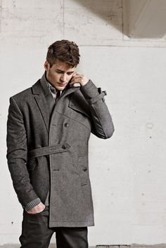 I love the design of this coat. The color rocks and the way it closes makes it very cool!
