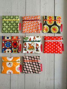 Mijn vorige  lading toile-ciree portemonneetjes is helemaal op,   dus moest er een nieuwe voorraad gemaakt worden....   Ge hoort mi... Diy And Crafts Sewing, Crafts For Girls, Crafts To Sell, Diy Crafts, Bath And Beyond Coupon, Craft Wedding, Craft Videos, Fabric Scraps, Craft Tutorials