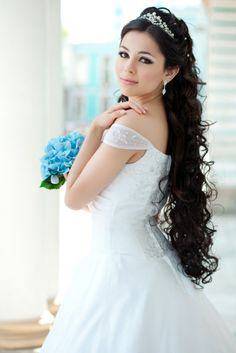 coiffure mariée cheveux détachés en cascade avec tiare en cristal et cristaux dans les cheveux