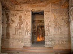 Pinturas murales junto a la puerta de entrada al santuario de la diosa HATHOR en el interior del TEMPLO DE NEFERTARI en ABU SIMBEL. Situado en el Alto Egipto a orillas del lago Nasser en la región de Nubia.