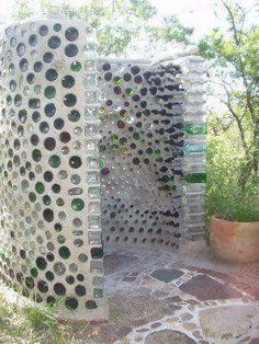 Spain Earthship Images - completely self sustaining DIY homes made of recycled garbage. Our GM has a similar wine bottle wall at her bach made from our empties! Build extra storage house inspired by Earth Ships Beautiful homes made from recycled materials Outdoor Baths, Outdoor Bathrooms, Outdoor Kitchens, Outdoor Rooms, Garden Cottage, Garden Art, Outside Showers, Outdoor Showers, Outdoor Shower Enclosure
