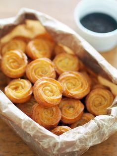 スペインのバルやお祭りに欠かせない、棒状の揚げ菓子「チューロ(Churros)」。スペインでは揚げたてを食べるのが基本ですが、時間がたっても美味しく食べられるようにレシピをアレンジしました。 渦巻き状に絞れば、見た目も可愛い&冷凍保存も揚げる作業も楽ちん♪ Sweets Recipes, Cooking Recipes, Bakery Packaging, Homemade Sweets, Sweets Cake, Cafe Food, Churros, Food And Drink, Yummy Food