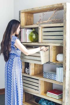 How to build a DIY rustic bookshelf with reclaimed pallets and crates Rustic Bookshelf, Pallet Bookshelves, Bookshelf Ideas, Wood Shelves, Bookcase, Diy Pallet Projects, Woodworking Projects, Woodworking Joints, Pallet Furniture