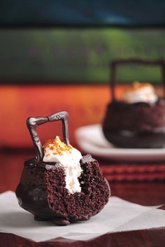 Harry Potter Cauldron Cakes- an 'inside out' chocolate cupcake with the icing on the inside!