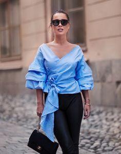 Cô nàng luôn có cách khiến bản thân mình trông hiện đại, thời trang như một người con gái Paris chỉ với áo phông và quần jeans. Nổi tiếng với phong cách sang trọng, quý phái, hãy cùng Johanna tìm hiểu những bí quyết ăn mặc đơn giản mà đẹp đẽ.