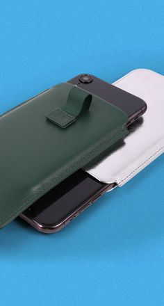 This iPhone XR case model is a favourite among those who use their phone regularly. A very practical pull tab allows you to take out your phone easily. Leather Case, Apple, Wallet, Iphone, Model, How To Make, Leather Pencil Case, Apple Fruit