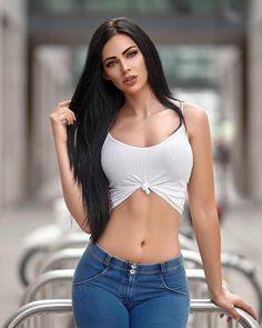 Beautiful Eyes, Gorgeous Women, Beauty And Fashion, Classy Fashion, Femmes Les Plus Sexy, Brunette Beauty, Hair Beauty, Sexy Jeans, Skinny Jeans