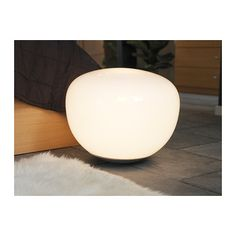 Stue: JONISK Gulv-/bordlampe IKEA Dimmefunksjon; juster lysstyrken etter behov. Gir et mykt stemningslys.