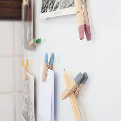 Schwarz-weiss Fotos schön gestalten. Bunte Kühlschrank Holzklammern Magneten mit einem Neodym Magnet. Handmade.