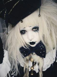 Amazing circus/puppet themed Gothic Lolita
