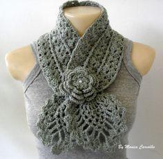 Gola em crochê confeccionada com lã. A flor é um broche (seu uso é opcional) com miolo bordado com contas tipo pérola. Peça indispensável para o inverno.
