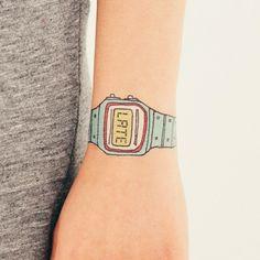 Vtipné dočasné tetování s motivem, který navrhla americká ilustrátorka Julia Rothman.                                               ...Kolik je? Pozdě!