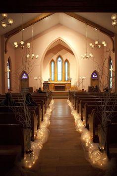 Que belleza son las luces para la decoración del pasillo central de la Ohio Village Church en Columbus, OH. Ramas de sauce con luces.