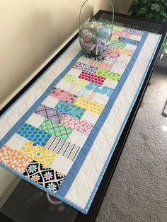 I love this fine looking summer quilt Table Topper Patterns, Quilted Table Toppers, Table Runner And Placemats, Quilted Table Runners, Quilted Table Runner Patterns, Patchwork Table Runner, Easy Quilts, Mini Quilts, Modern Table Runners