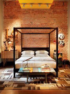 Quarto de casal com tijolinhos aparentes na parede e cama de dossel Industrial Bedroom, Industrial House, Modern Industrial, Style At Home, Home Bedroom, Bedroom Decor, Bedroom Ideas, Bedroom Inspiration, Wall Decor
