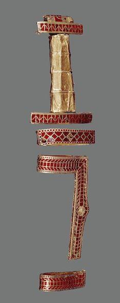 Fragments du fourreau de l'épée (ou scramasaxe) de la tombe dite de Childeric (Tournai), vers 481, or, grenats sur paillons d'or, Paris, Bnf, Cabinet des Médailles