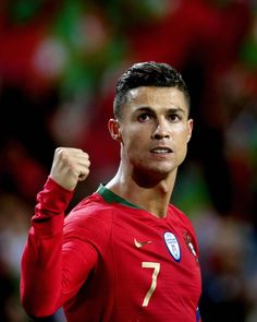 👑👑👑 Cristiano being Cristiano. Providing a hat-trick when his country needs him most, killing his opponents off within 2 minutes at the very end of the match. Cristano Ronaldo, Cristiano Ronaldo Juventus, Bale Real, Cr7 Junior, Football Images, Athletic Men, Johnny Depp, Haircuts For Men, Football Players