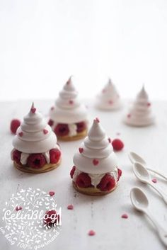 A Pavlova Jeffrey Cagnes Mini Pavlova, Meringue Pavlova, Meringue Desserts, Mini Dessert Recipes, Fancy Desserts, Fancy Cakes, Sweet Recipes, Christmas Pavlova, Christmas Deserts