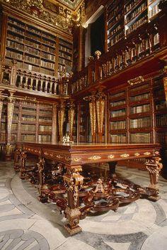 La Bibliothèque Joanina de la ville de Coimbra au Portugal. En bois doré du Brésil, la fameuse bibliothèque de l'université aligne encore trente mille ouvrages précieux (il y en avait un million autrefois).