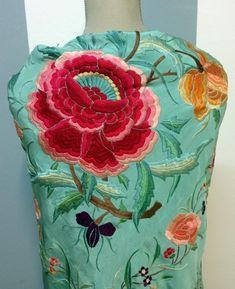 Antiguo mantoncillo en azul cielo con flores de colores #flamenca