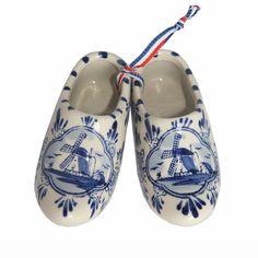 Holland Souvenir Clogs Delft Blue Big - https://www.simplydutch.com/kiosk/souvenir-shop/holland-souvenir/3719/clogs-delft-blue-big/