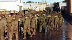 Soldados argentinos se rinden ante las tropas británicas en Puerto Argentino el 15 de junio de 1982. Unos 11 mil soldados fueron tomados como prisioneros por las fuerzas armadas británicas.
