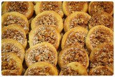 Další novinkou letošních Vánoc jsou medová hnízda – křehké těsto smedovo-ořechovou náplní, které rozhodně ještě zopakujeme. Suroviny: 250 g hladké mouky na špičku nože prášku do pečiva 1 žloutek 150 g másla 100 g moučkového cukru 1 sáček vanilkového cukru náplň: 100 g medu 100 g jader vlašských ořechů (lískových ořechů, mandlí…) Postup: Ze surovin … Czech Recipes, Russian Recipes, Christmas Sweets, Christmas Baking, Cooking Cookies, Xmas Cookies, Sweet And Salty, Amazing Cakes, Sweet Recipes