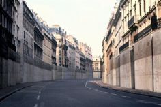 The work Viderparis is based on a projection in which unusual, fictional street scenes from a depopulated Paris of the future are displayed in random order. The artist reworked fifty of his own photographs of the city, painstakingly removing any trace of human life.