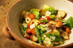Spargel-Brotsalat - mit Ciabatta, grünem Spargel und Tomaten