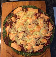 Ideaal voor wanneer je alleen eet. Deze pizza met een bodem van spinazie en een topping met zalm is niet alleen heel origineel, maar ook nog eens gezond! Kijk voor het recept op de website! Quiche, Meat, Chicken, Breakfast, Recipes, Food, Website, Morning Coffee, Rezepte