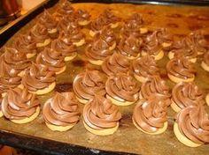 Nugetu, máslo a vaječný koňak ušleháme do krému, nastříkáme špičky n. Macaroons, Churros, Sweet Desserts, Sweet Recipes, Brownie Recipes, Cake Recipes, Czech Recipes, Traditional Cakes, Biscuit Recipe