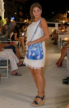 #Estilismo Costa Azul. Vestido Flecos de @cuasiperfecta. Bolso Blue Tulip de @niarvi_iberia . #Chic #classy #stylish #trendy En verano los vestidos blancos sientan fenomenal. Añádeles un toque color con complementos únicos.